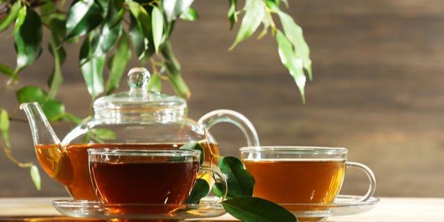 أواني الشرب والشاي والقهوة وملحقاتهما